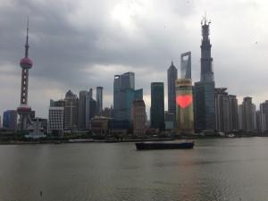 Nous sommes arrivés à Shangai. Il règne une athmosphère tropicale . Elle met à rude épreuve les organismes fatigués par une quasi nuit blanche. Au menu la vieille ville et le jardin de Yu. Promenade sur le Bund